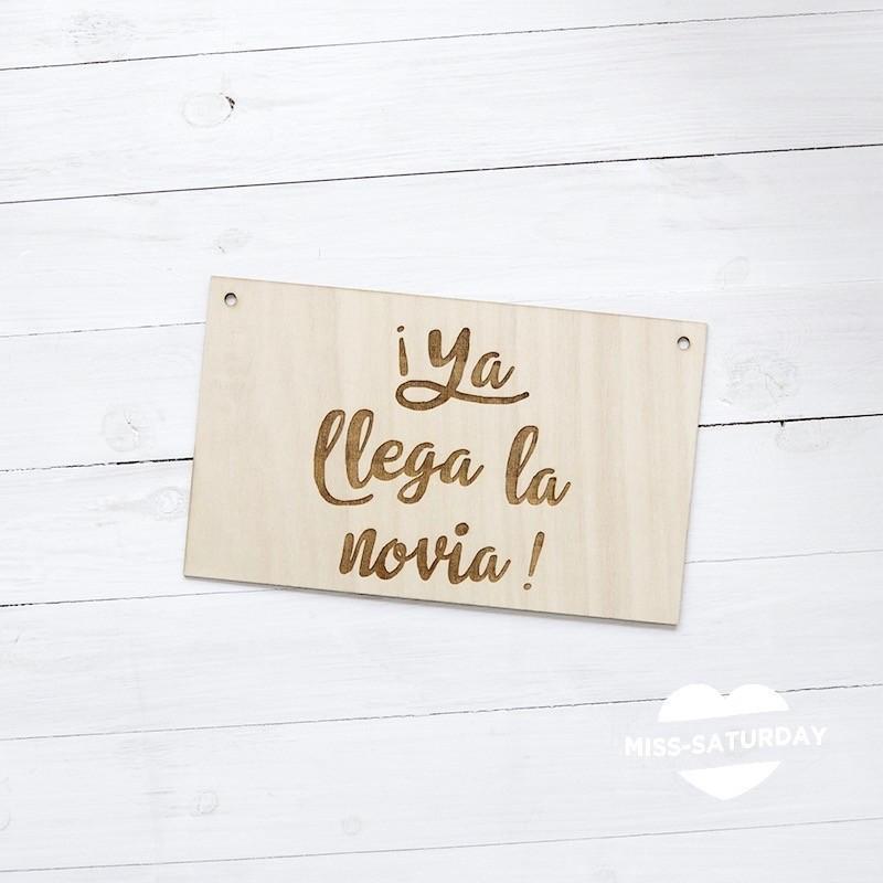 Cartel de madera Ya llega la novia